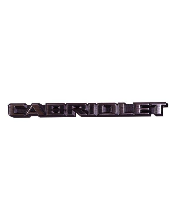 Emblem mit dem Cabriolet Schriftzug, hinten
