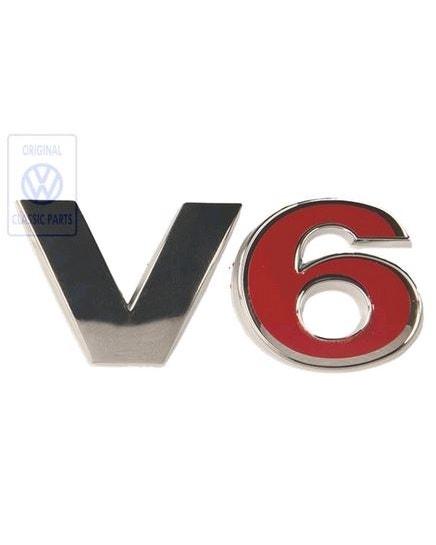 Insignia de V6 trasera en rojo y cromado