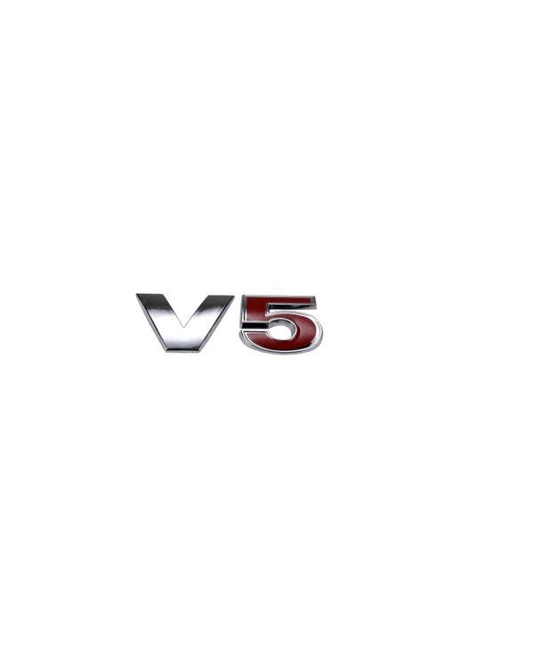 Insignia de V5 trasera en rojo y cromado